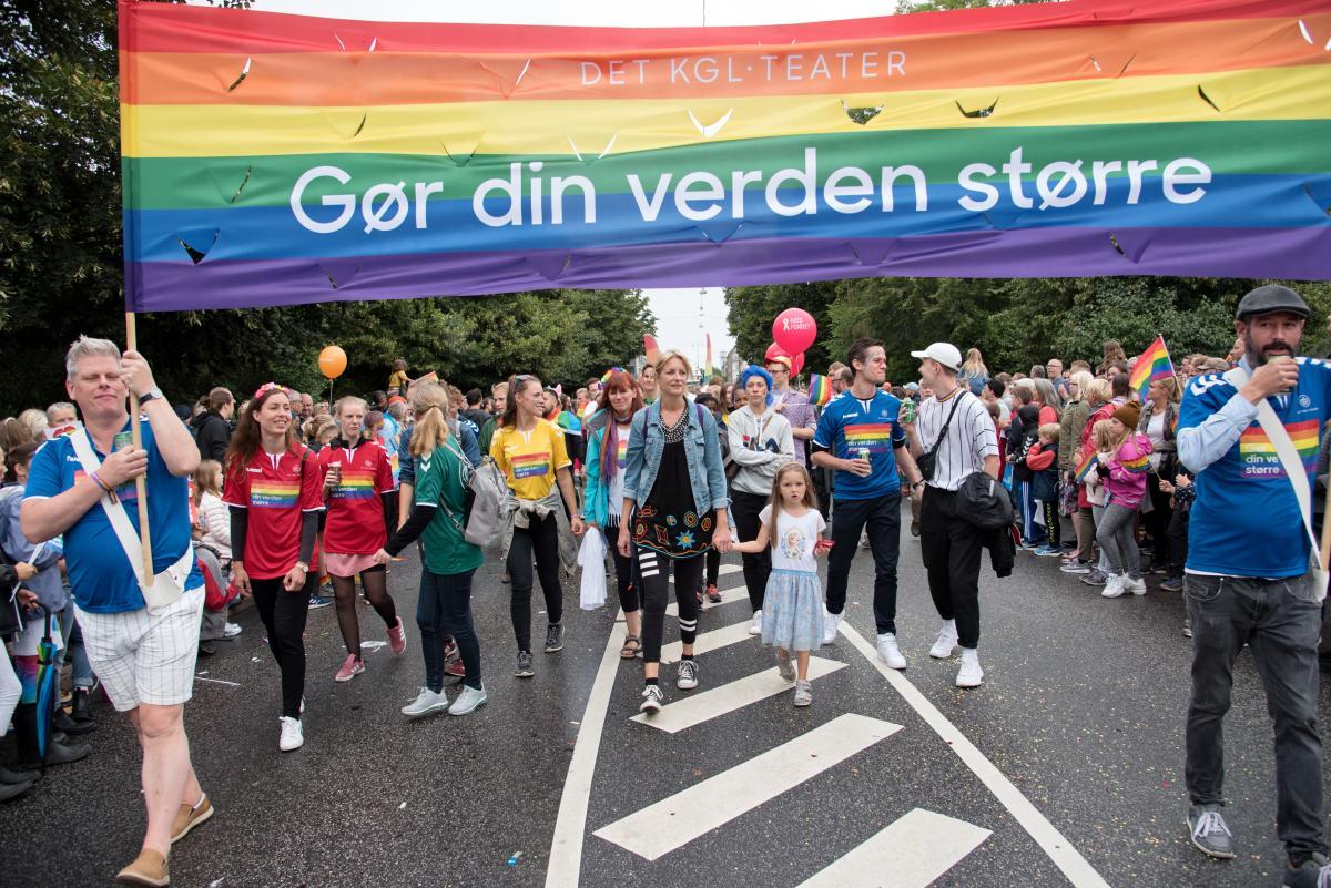 Підтримали прайд багатолюдей, незалежно від приналежості до ЛГБТ-спільноти / Фото Андрій Вацик