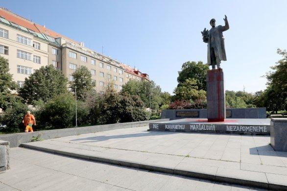 Памятник Коневу периодически становится мишенью для обливаний краской / фото: denikn.cz