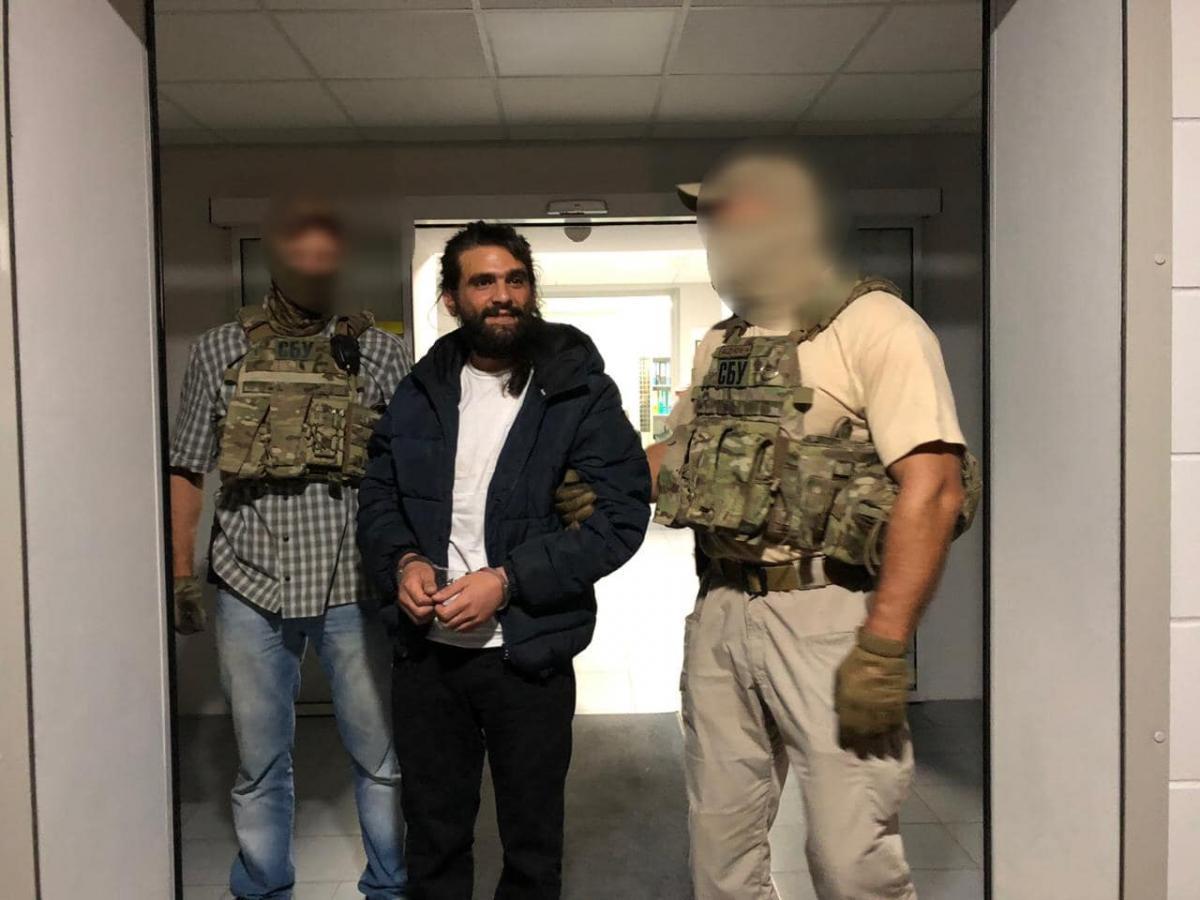 Наркоторговець втік від оперативників під час спроби його екстрадиції / Facebook, Прокуратура Києва