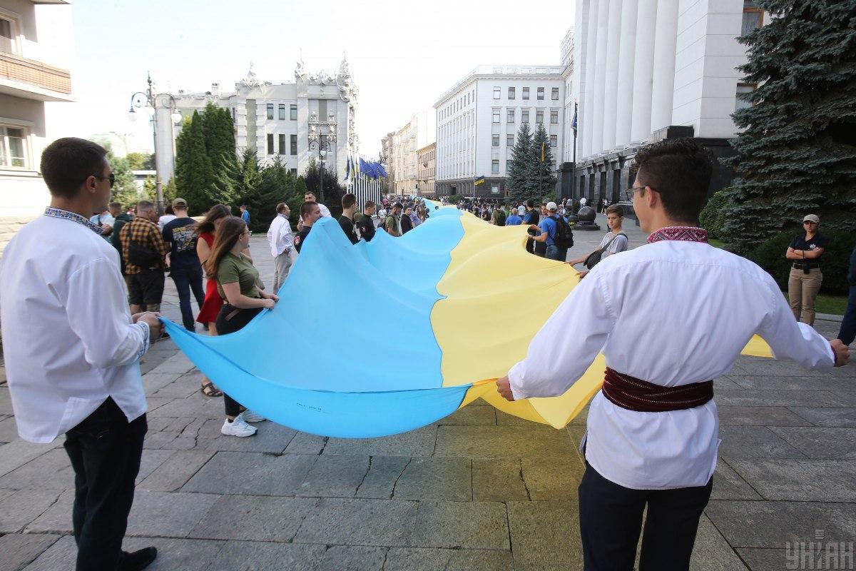 Схід України вважає повагу до влади одним з пріоритетів патріотизму, тоді як в інших регіонах ця складова має найменше прихильників / УНІАН