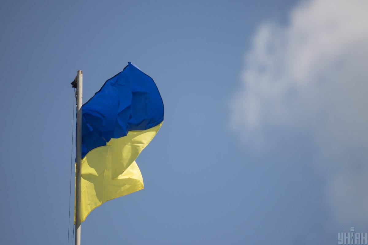 Пориви вітру дають надмірне навантаження на верхівку флагштока / фото УНІАН
