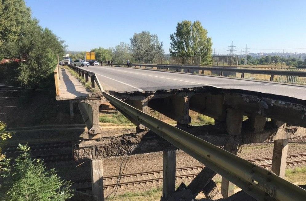 Часть моста над железнодорожными путями обвалилась / фото: полиция Харьковской области