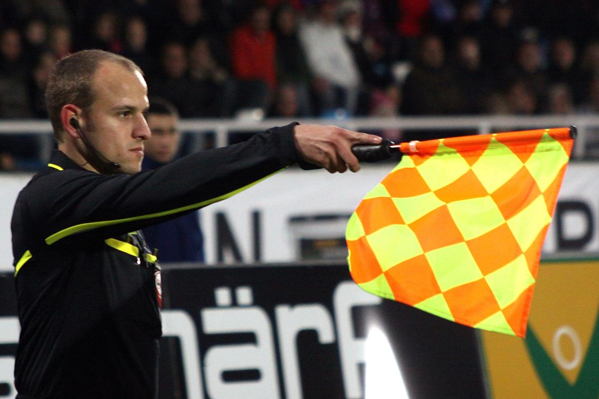 ФИФА может избавиться от лайнсменов / фото: Bild