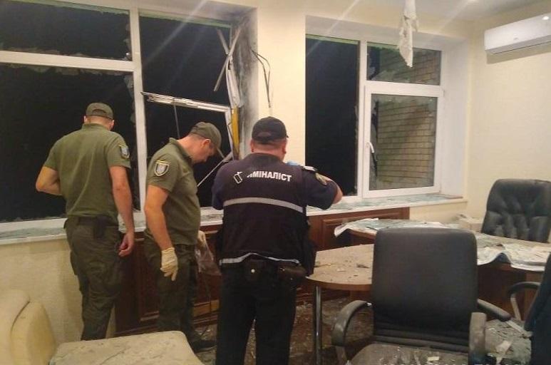 Пострілом пошкоджено вікна та приміщення кабінетів / фото: поліція Києва