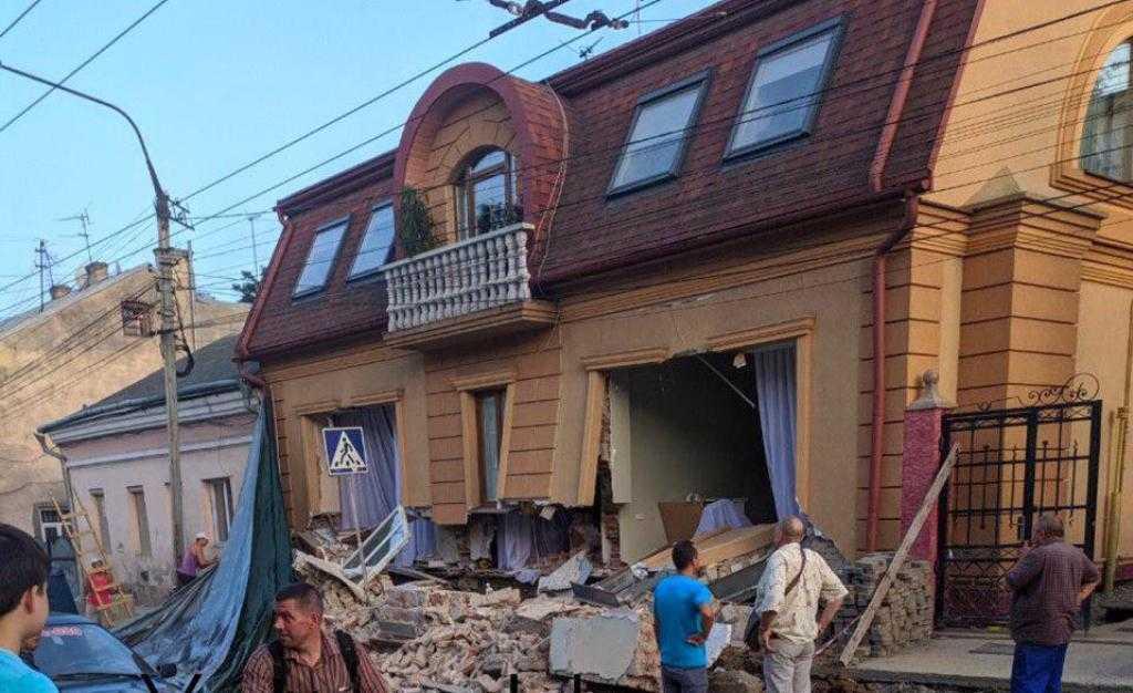 Предварительной причиной падения стены стали работы по гидроизоляции дома / фото очевидцев из соцсетей
