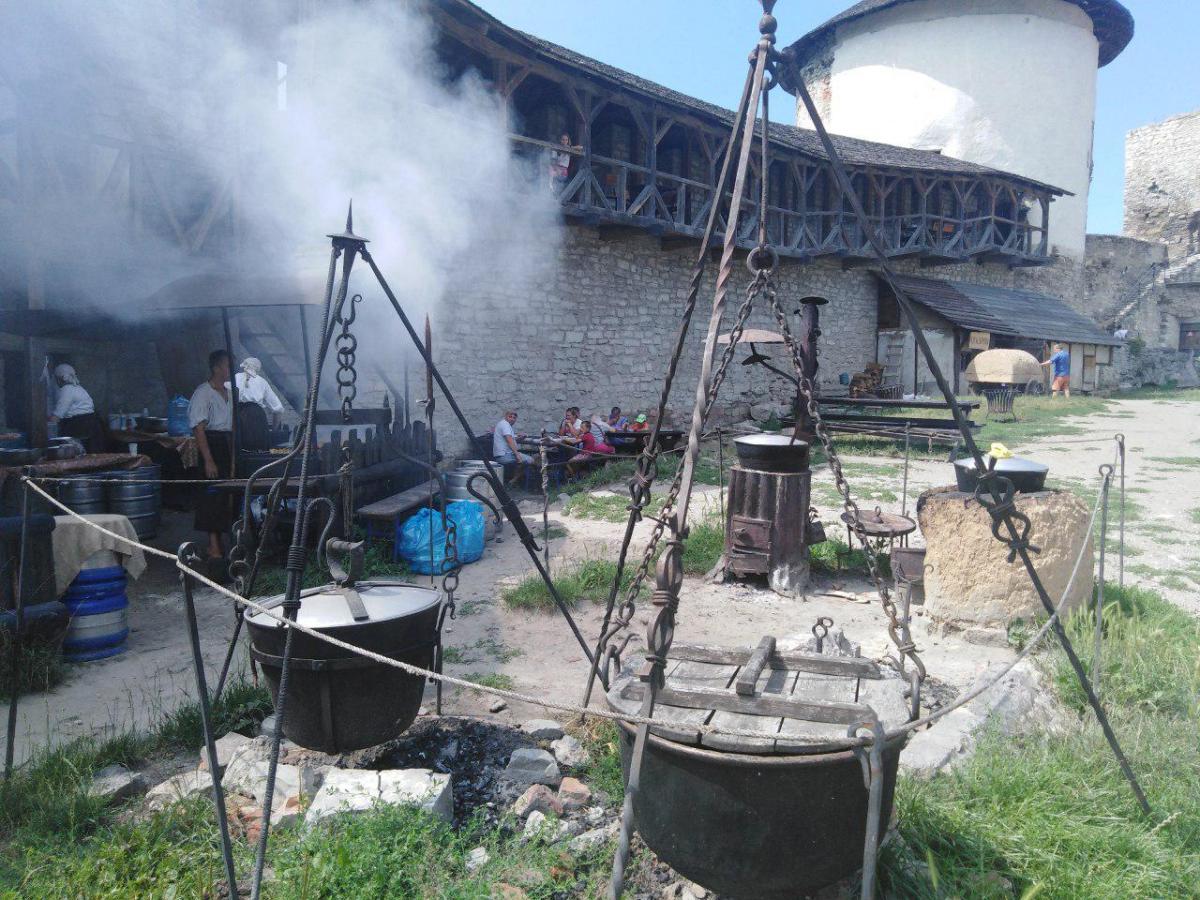 Местные умельцы пекут хлеб в глиняной печи и варят бограч / фото: Елена Броскова