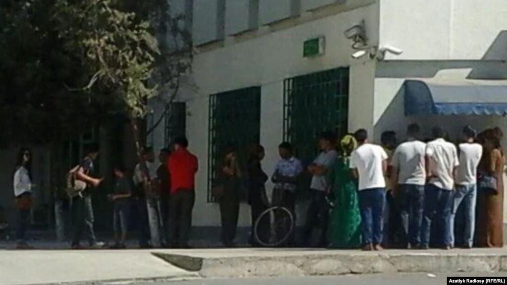 Люди в очереди у банкомата в Туркменистане / фото azattyq.org