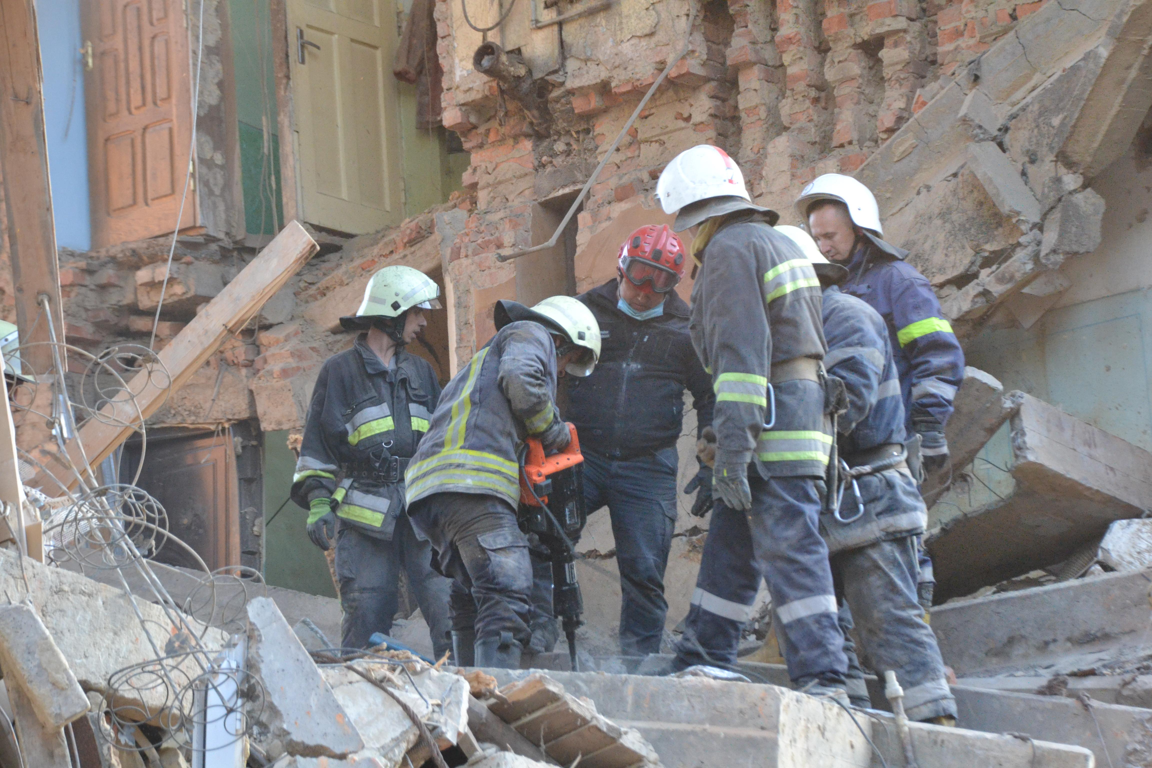 Спасатели продолжают искать людей под завалами / ГСЧС