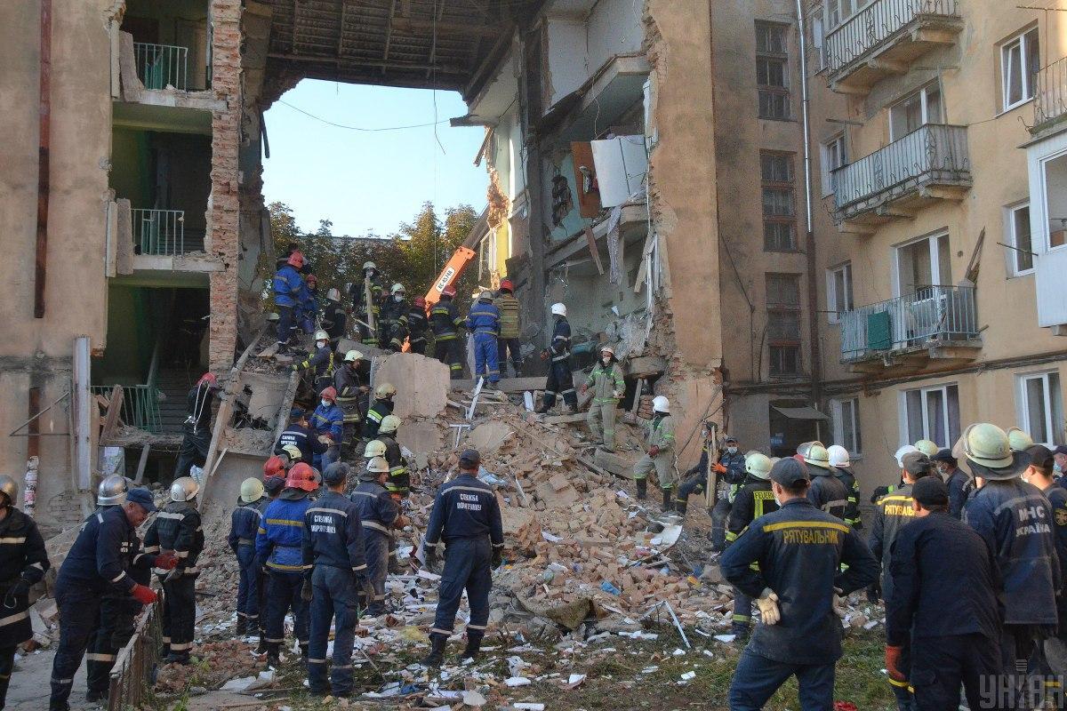 У ніч на 28 серпня обрушилася стіна житлового будинку на вулиці Грушевського в Дрогобичі / фото ДСНС