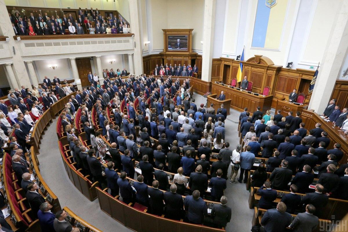 Из-за сбоя присутствовавшие на заседании депутаты продолжили голосовать путем поднятия рук / фото УНИАН