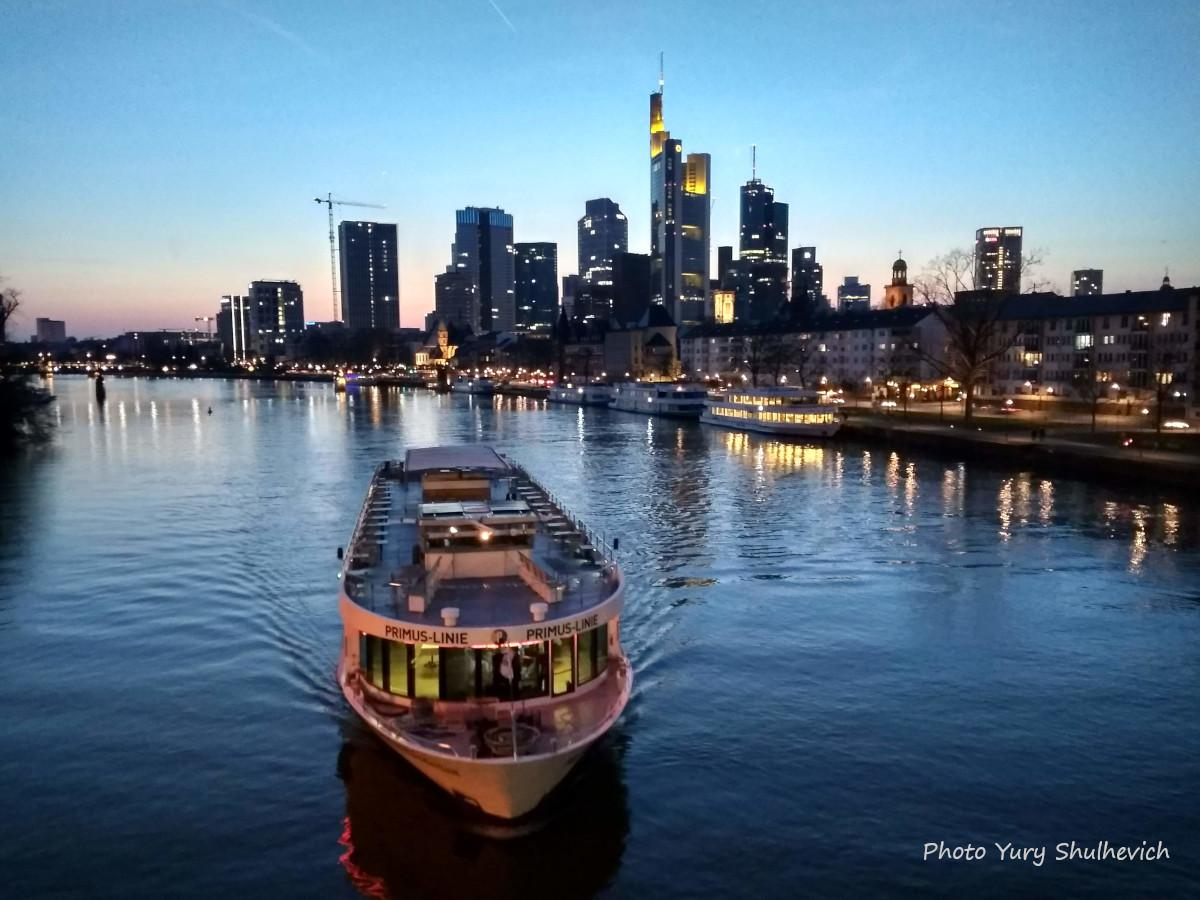 У Франкфурті протікає річка Майн / фото Yury Shulhevich