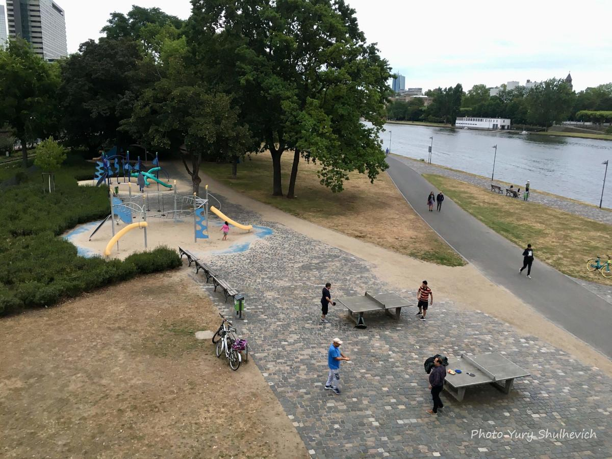 Біляводи є дитячі майданчики, столи для гри в теніс та інші відпочинкові зони / фото Yury Shulhevich