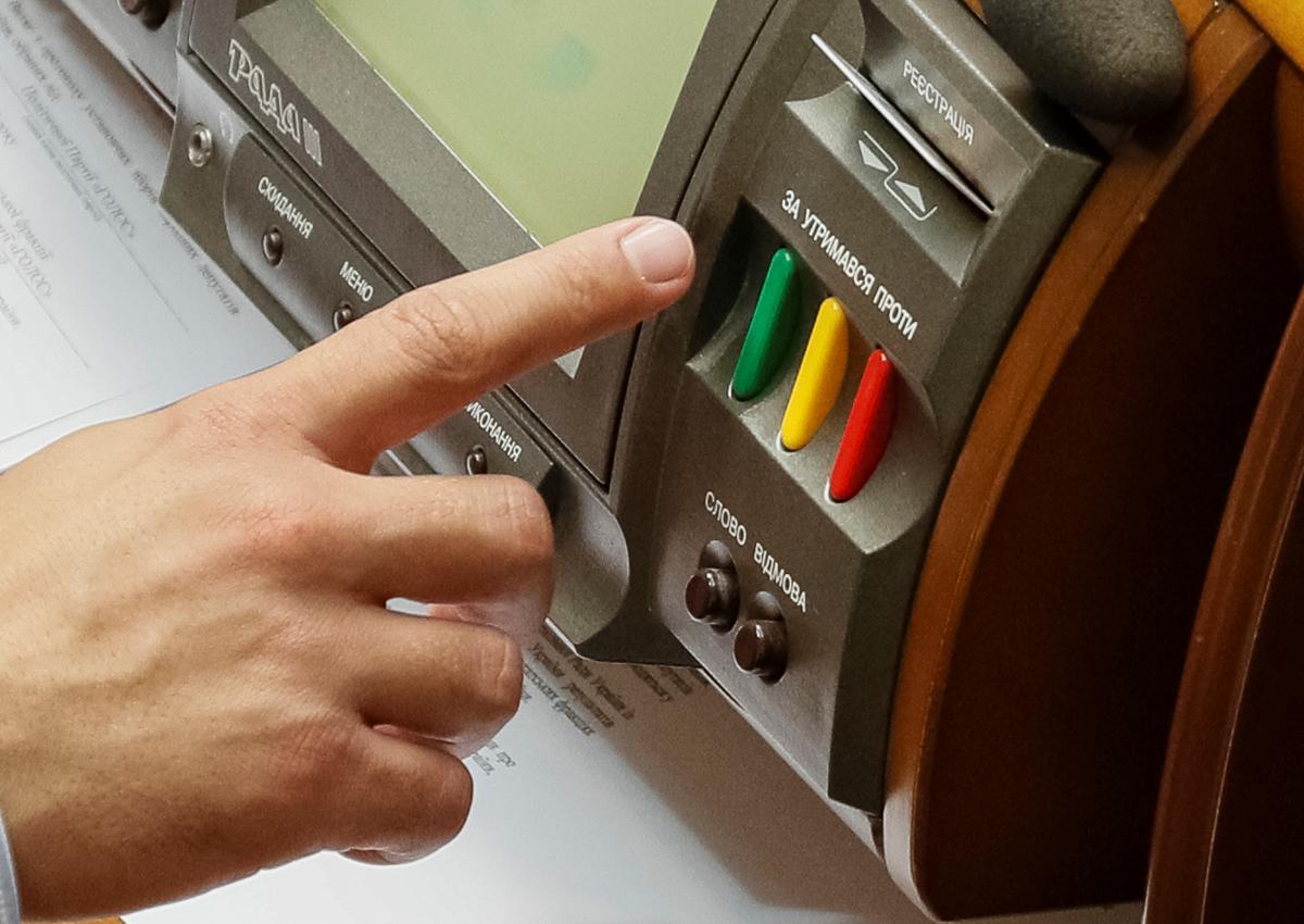 Відповідальність за кнопкодавство в Раді можуть істотно посилити / Ілюстрація REUTERS