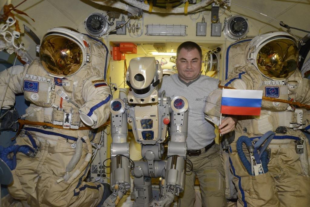 Космонавт хотел стукнуть молотком по кнопке включения электропитания на плече робота / FEDOR/Twitter