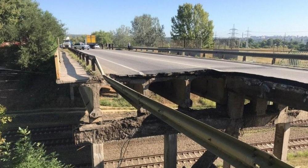 В Харькове обрушился автомобильный мост (фото, видео)