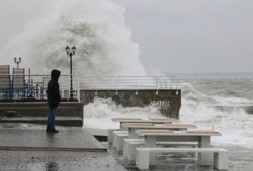 Девятиметровые волны в Китае чуть не смыли туристов в реку (видео)