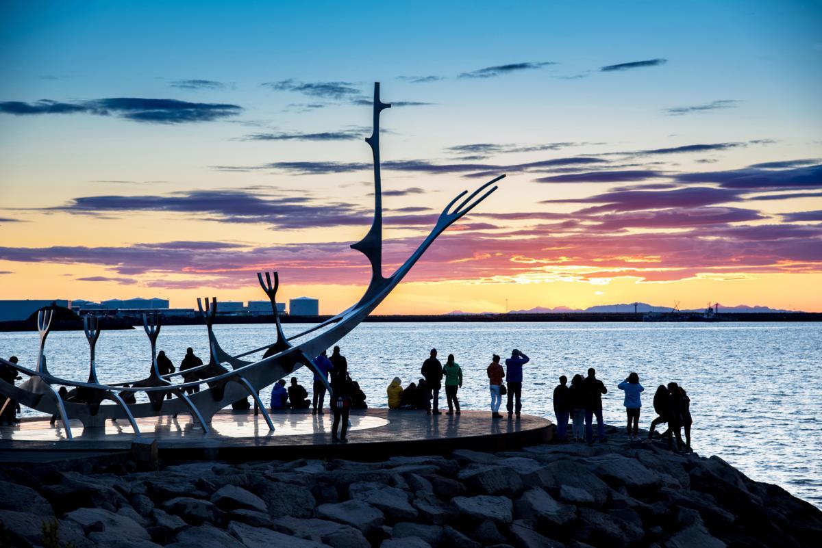 Ввечері помилуватися заходом сонця біля скульптури Sun Voyager на набережній Рейк'явіка збираються сотні туристів / Андрій Вацик