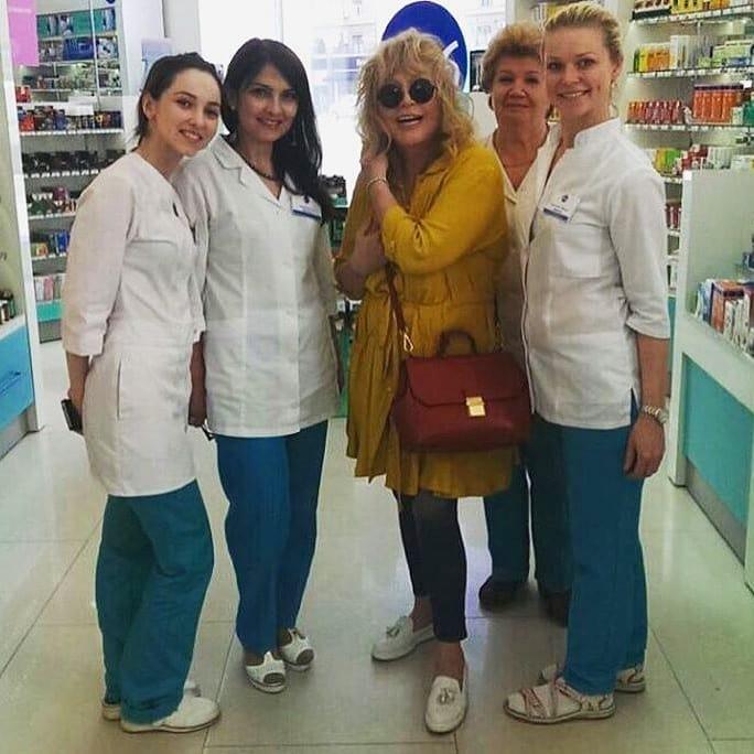 Примадонну заметили в аптеке / фан-группа Пугачевой в Instagram