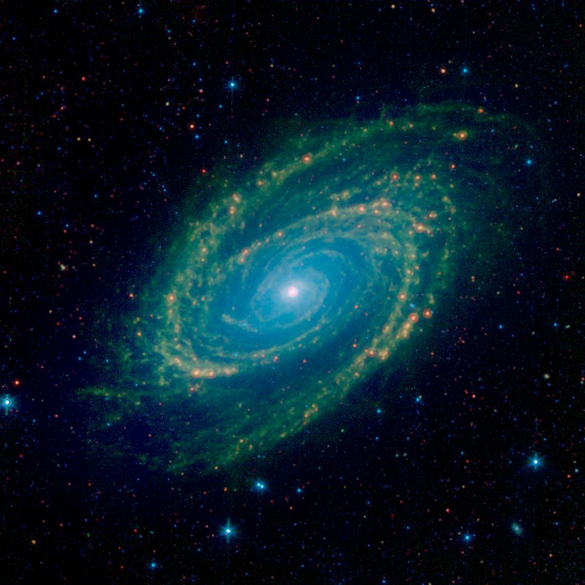Зоряний пил підсвічується ультрафіолетомі світлом довколишніх зірок / NASA