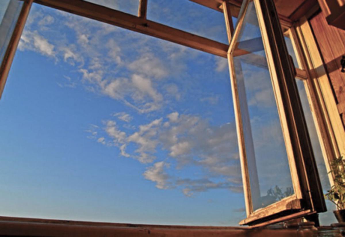70-річна місцева жителька Одеси стрибнула з вікна своєї квартири / golos.ua