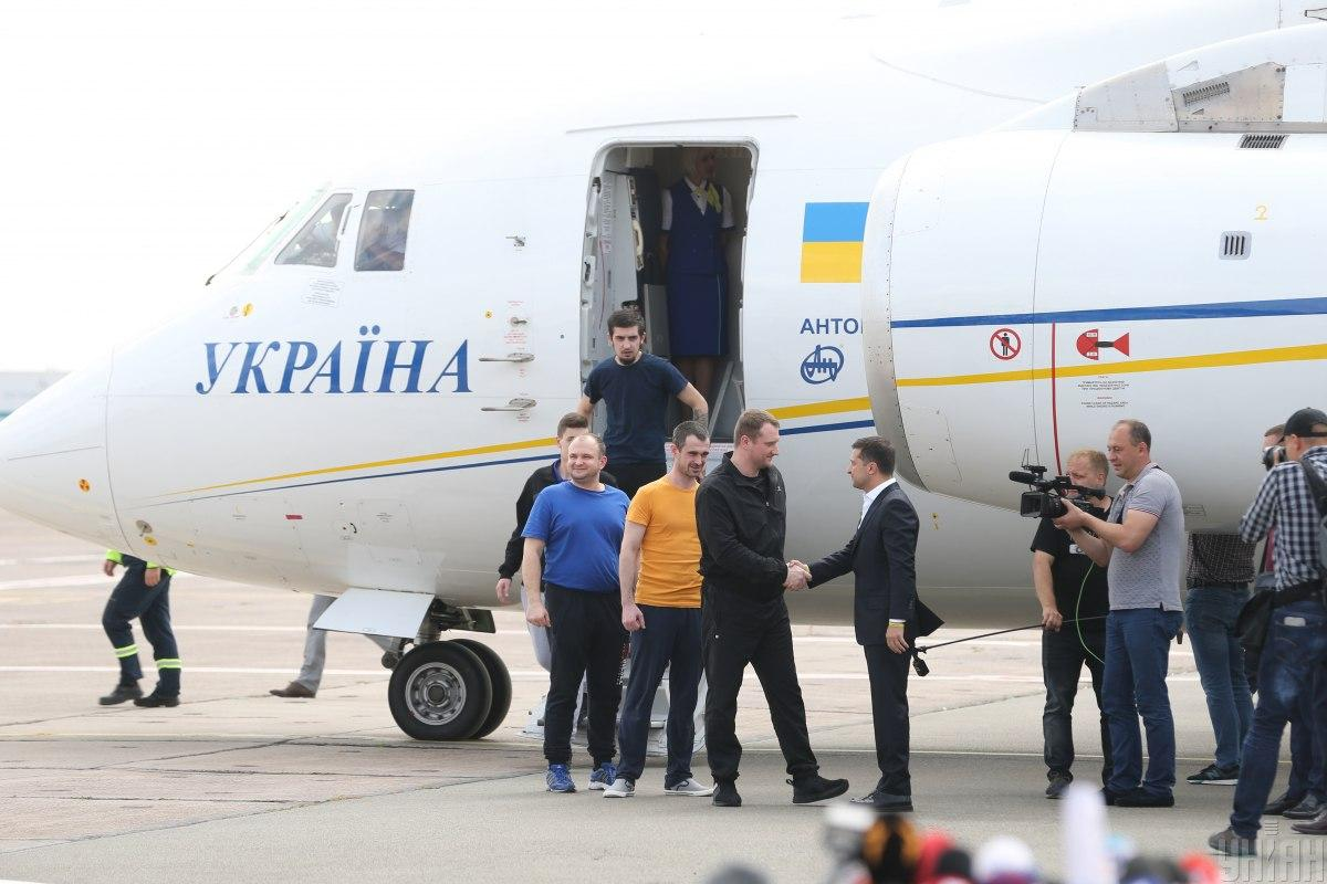 Моряків привезли до головного військового госпіталю / фото УНІАН