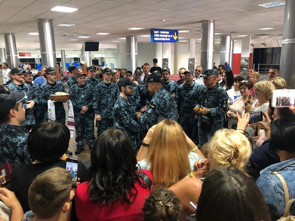 В рамках обміну моряки повернулись до України/ фото: facebook.com/navy.mil.gov.ua