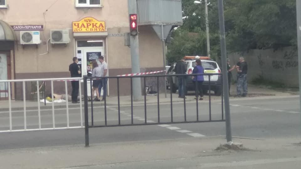 Інцидент стався на вулиці Кульпарківській, 126 / Ігор Зінкевич/Facebook Детальніше читайте на УНІАН: https://www.unian.ua/incidents/10677552-u-lvovi-cholovik-vkrav-gorilku-i-pomer-pid-magazinom.html