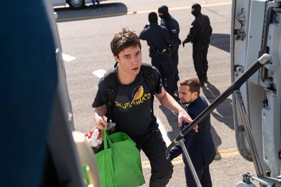 Павло Гриб піднімається в салон літака уросійському аеропорту Внуково/ Кирило Тимошенко