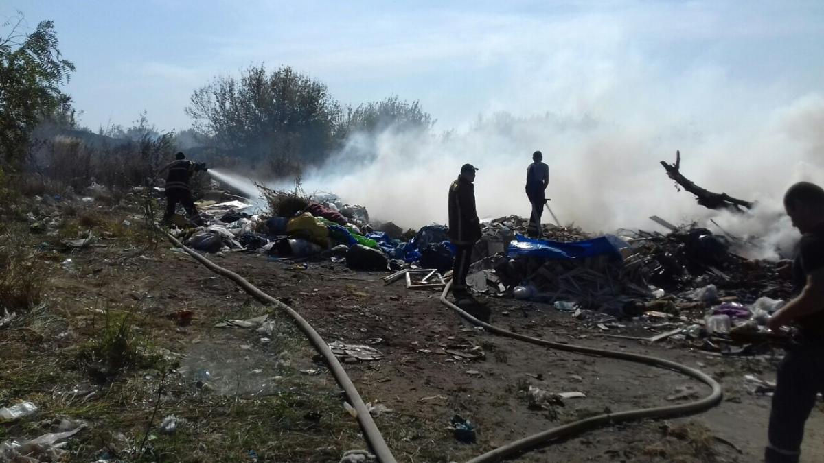 Вогнеборці гасять займання сміття на звалищах / фото: ДСНС