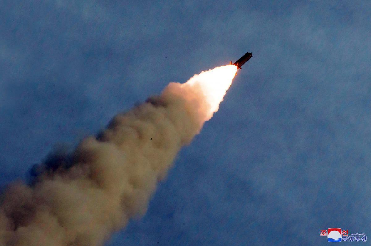 КНДА запустила две ракеты малой дальности/ иллюстрация REUTERS