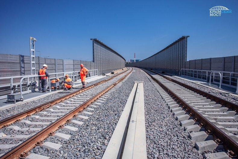 На Кримському мосту почали установку залізничної автоматики / фото most.life