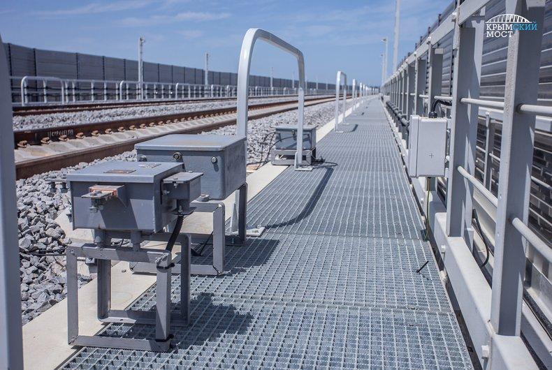 На Кримському мосту почали встановлення залізничної автоматики / фото most.life