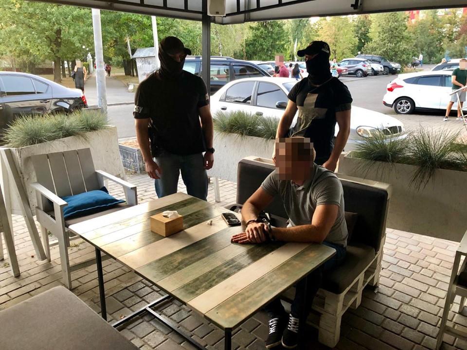 Задерживали полицейского в одном из кафе в центральной части Харькова / пресс-центр СБУ