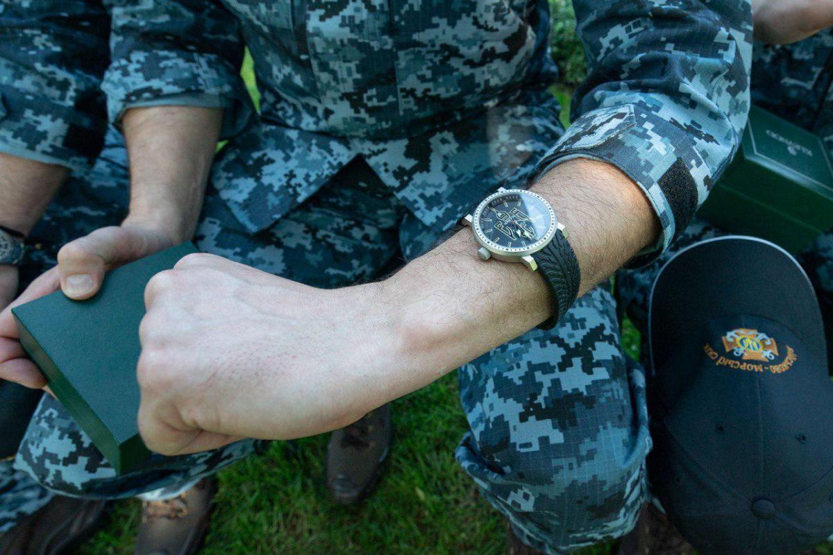 Зеленский вручил морякам президентские часы / фото president.gov.ua