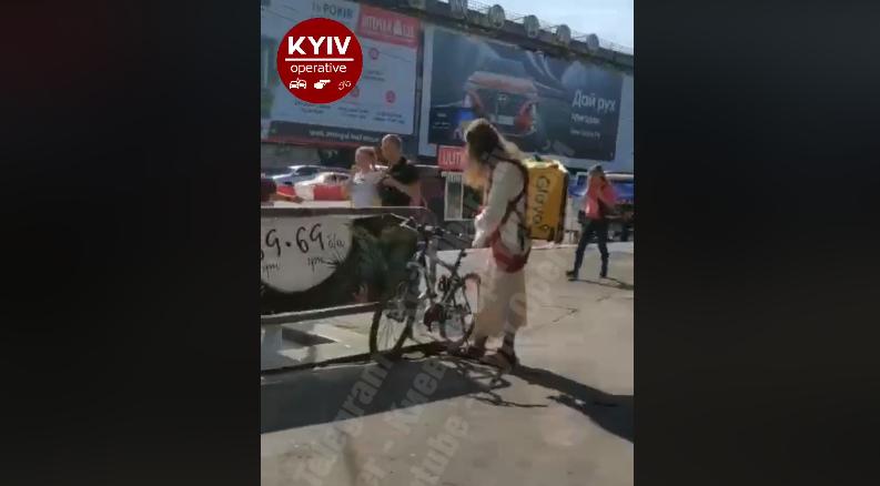 У Києві помітили кур'єра в костюмі Ісуса / скріншот