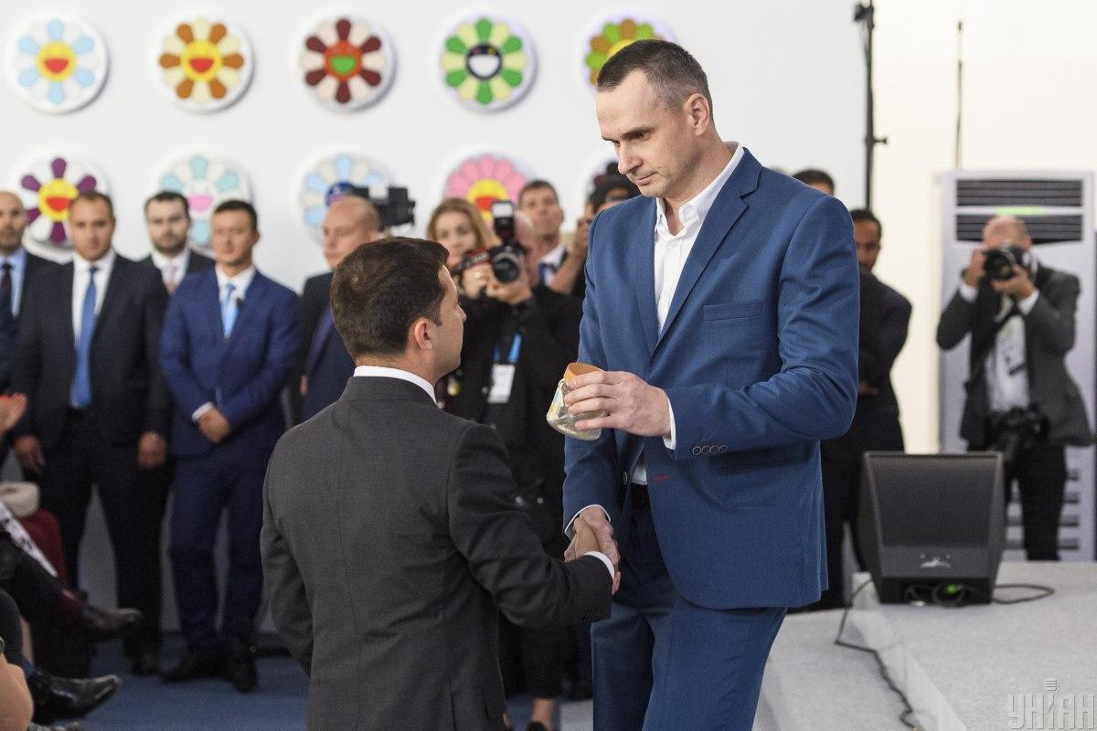 Сенцов вручил Зеленскому банку / фото УНИАН