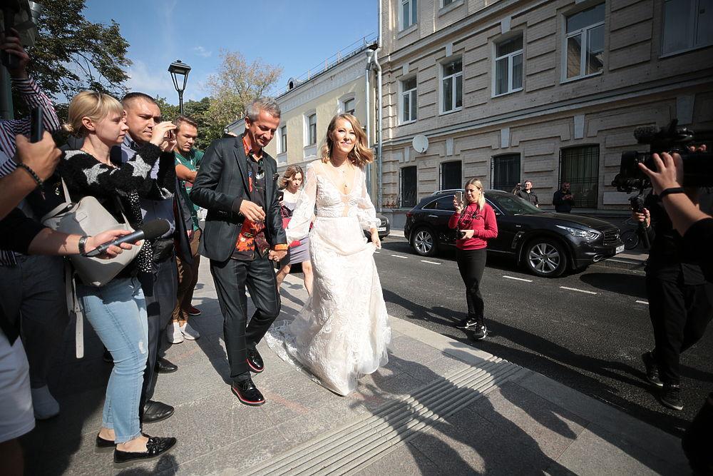 ВЗАГС— накатафалке: Собчак иБогомолов поженились
