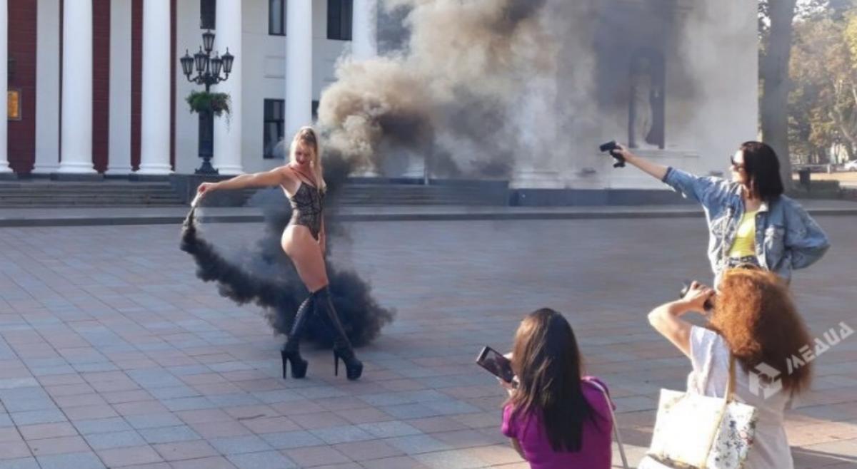 """По словам пресс-секретарявице-мэра Одессы, девушек трижды """"вежливо просили"""" перенести место съемки/ odessamedia.net"""