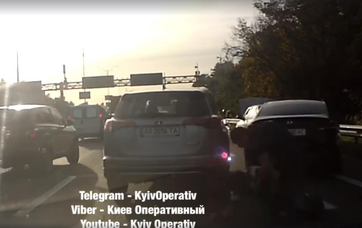 Водії влаштували бійку посеред дороги / скріншот