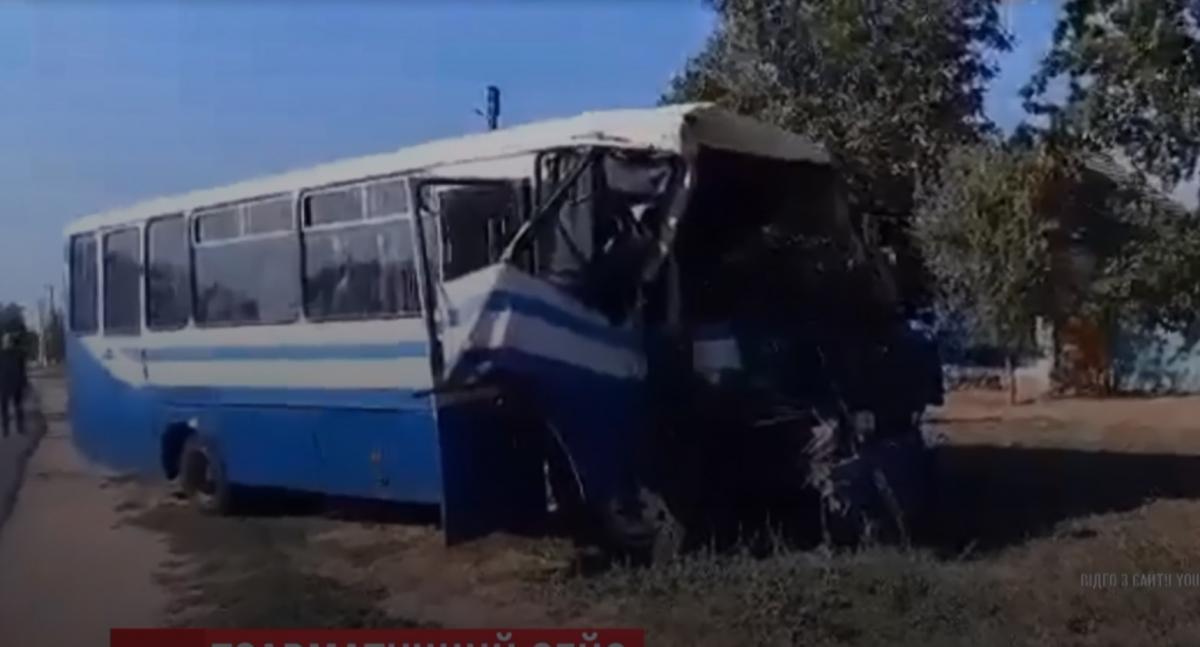 Один мікроавтобус врізався в інший, який їхав попереду / скріншот