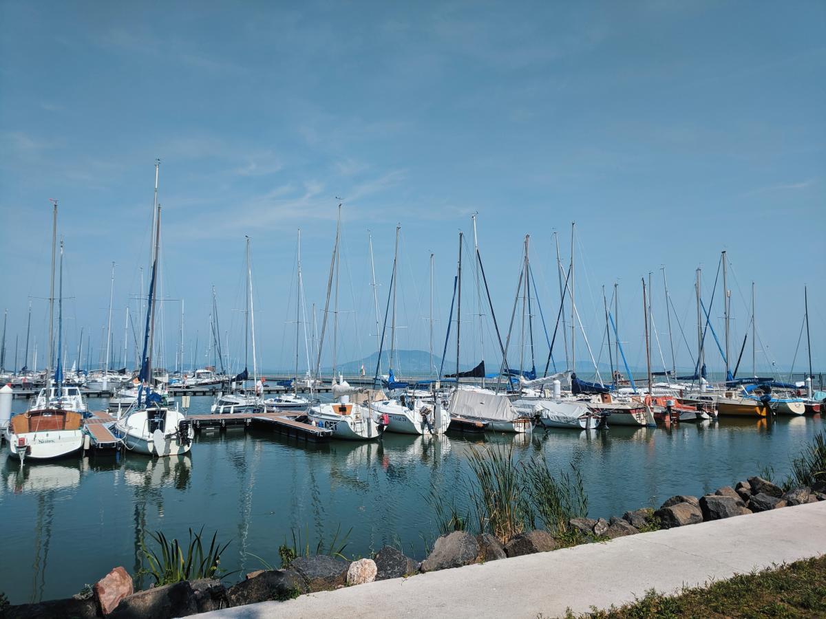 По озеру Балатон организовывают прогулки на яхте / фото УНИАН