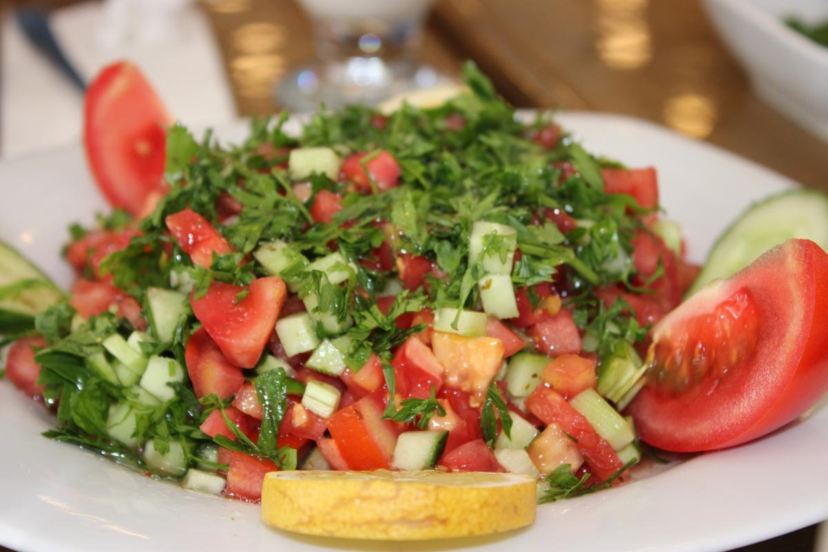 Салат із зеленню, помідорами та огірками / фото УНИАН