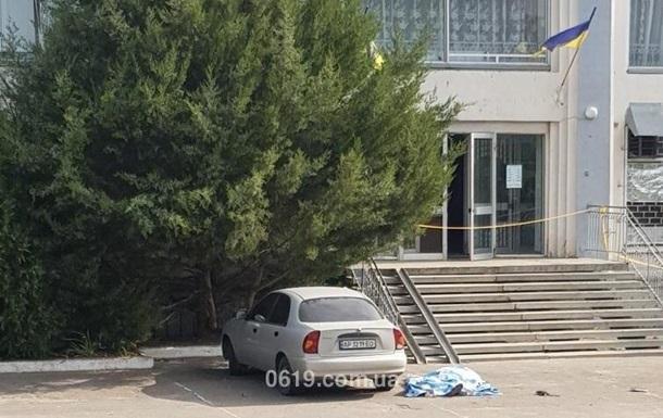 Вбивця стріляв у чиновника на сходах селищної ради / фото 0619.com.ua