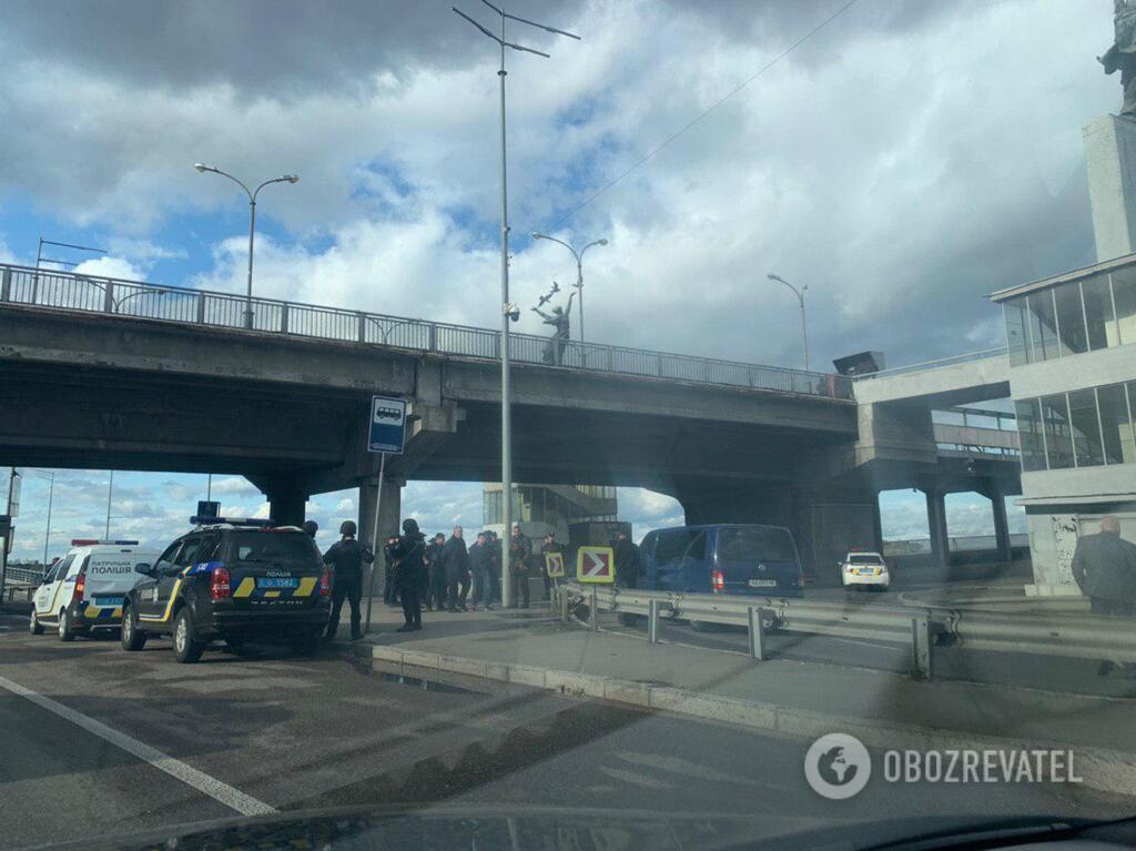 18 сентября в Киеве на мосту Метро через Днепр неизвестный угрожал оружием и высказывал намерение взорвать мост / фото Обозреватель