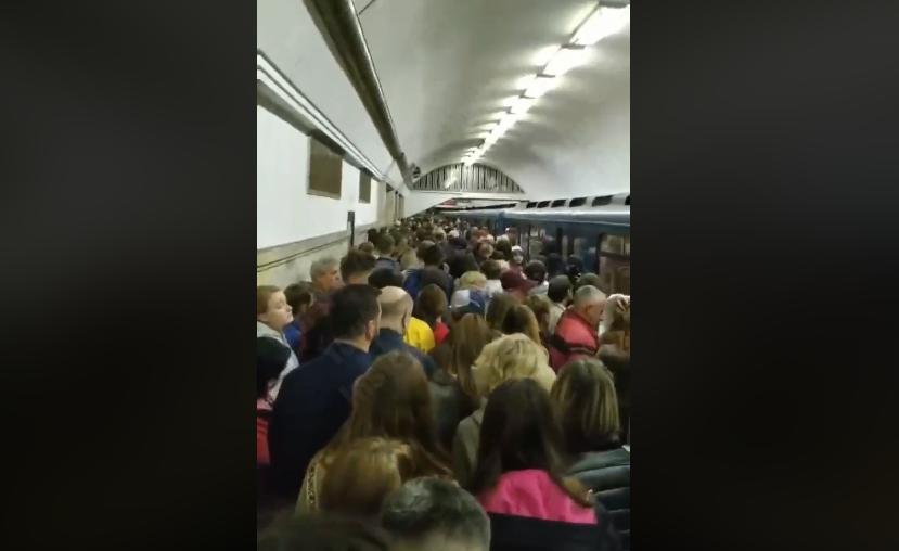У столичному метро почалася давка / фото скріншот