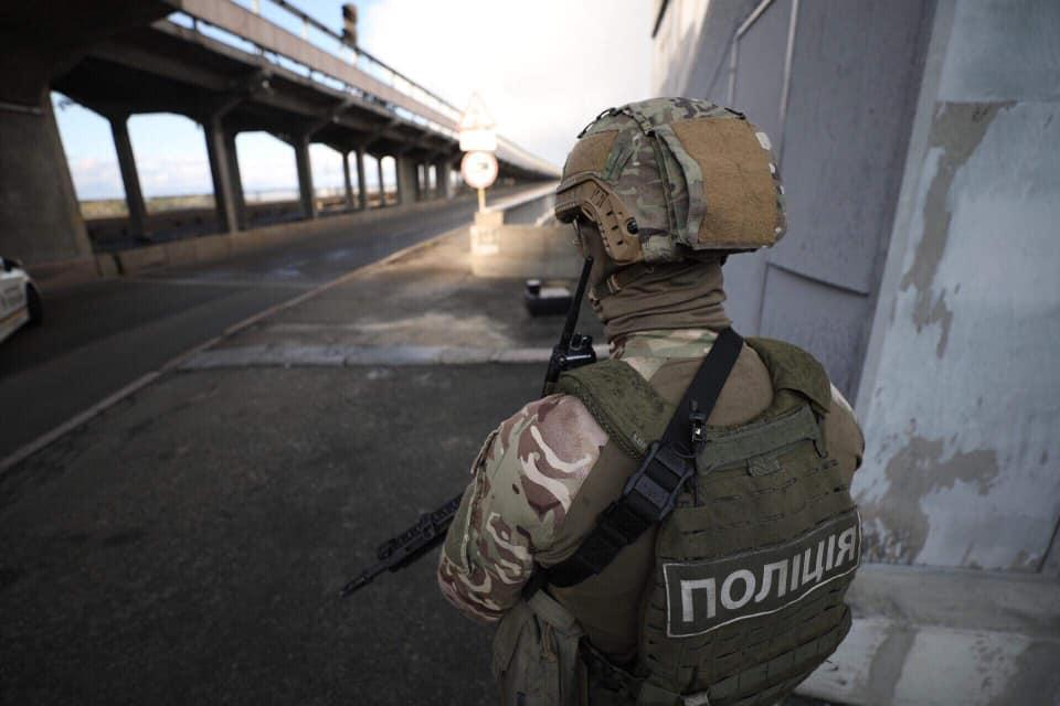 В Киеве снова угрожают взорвать мост Метро / Фото www.facebook.com/mvs.gov.ua