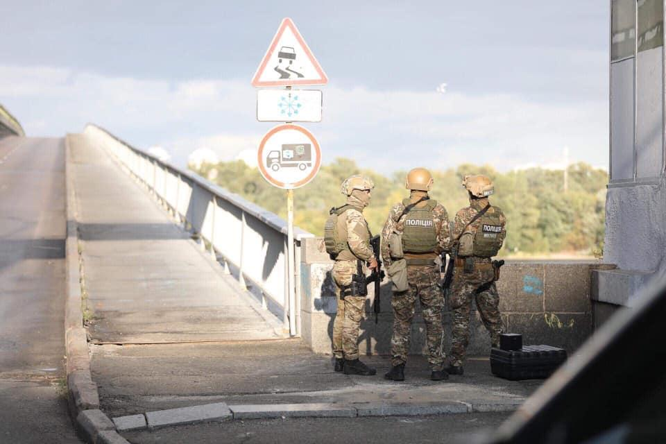 Опубликовано видео задержания мужчины, угрожавшего взорвать мост в Киеве (1 видео + 6 фото)