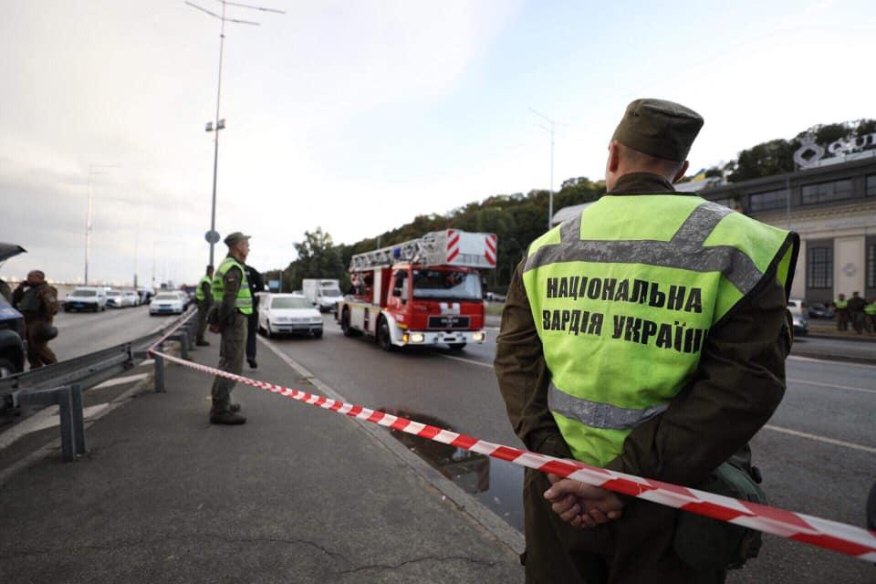 В Киеве перекрыли мост Метро / Фото www.facebook.com/mvs.gov.ua