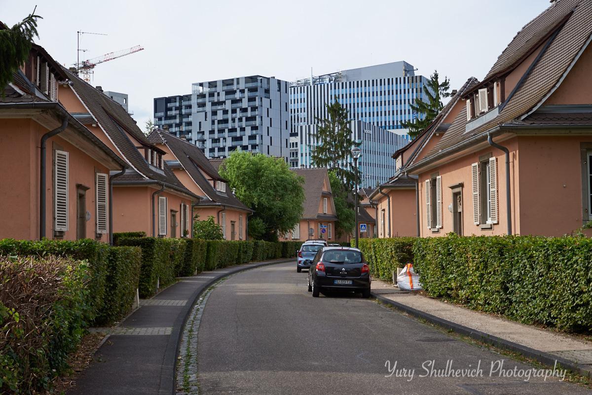 Європарламент розташований біля маленьких приватних будинків / фото Yury Shulhevich