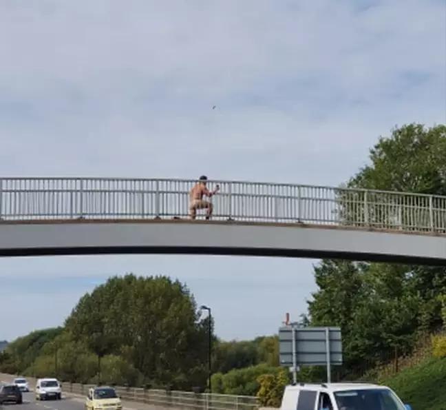 Человек без одежды позировал на мосту над оживленной дорогой для селфі / фото ladbible.com
